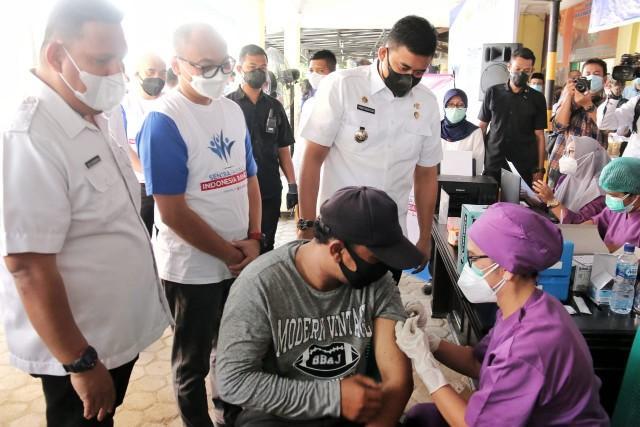 Plt Kadis Kominfo Kota Medan, Mansursyah Mendampingi Wali Kota Medan, Bobby Nasution Melakukan Peninjauan Vaksinasi XL Axiata di Kantor Camat Medan Selayang Layanang, Rabu (8/9)