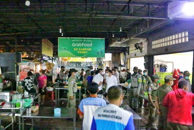 Pemko-Medan-Bersama-TNI-dan-Polri-Menertibkan-Restoran-Chinese-Food__baca462.html