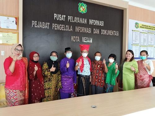 Plt-Kadis-Kominfo-Medan-Mansursyah-SSos-MAP-Bersama-ASN-Dinas-Kominfo-Medan-Menggunakan-Pakaian-Adat-Jumat-179__baca483.html